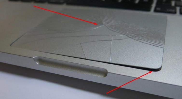 סוללת מק נפוחה ששברה את משטח העכבר במקבוק